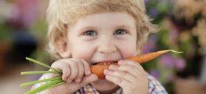 _nino-muerde-zanahoria-p